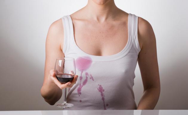 赤ワインを服にこぼした女性