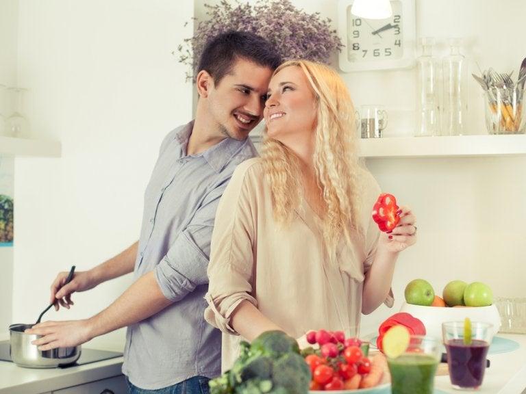 キッチンで見つめ合うカップル