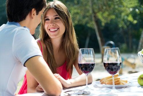 屋外で食事をするカップル