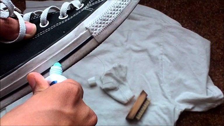 歯磨き粉で靴のゴムをきれいに