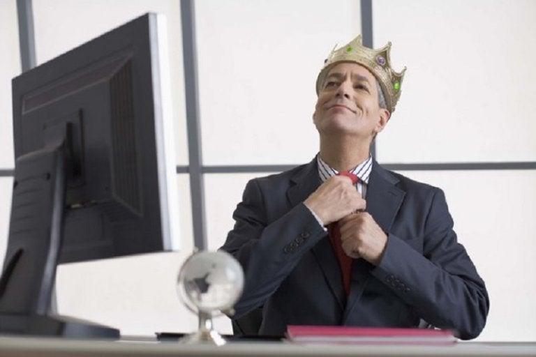 王冠を被ったビジネスマン