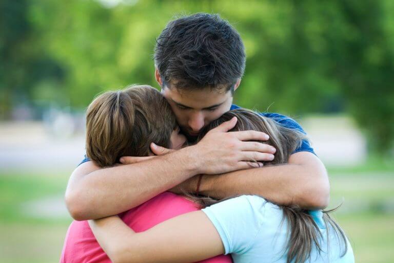 抱きしめ合う人たち