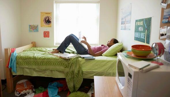 黄緑のベッドに横たわる女性