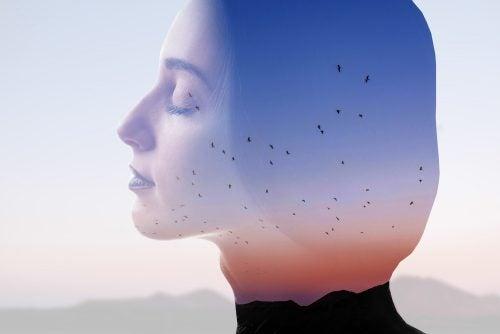 空を背景に目を閉じる女性