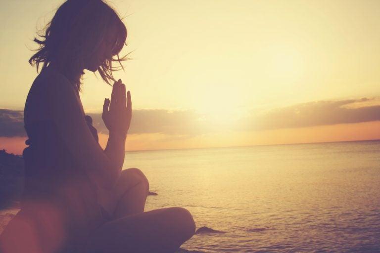 海に向かい瞑想する女性