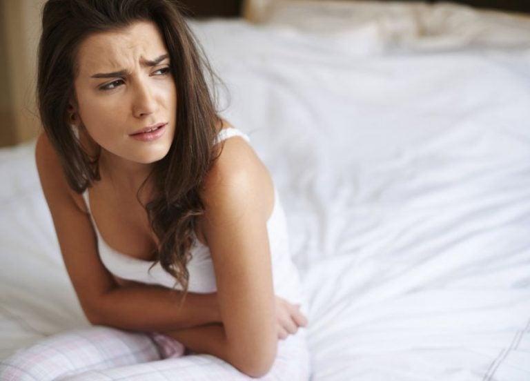 腹部が痛む女性