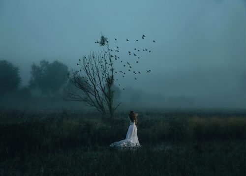 暗い草原にいる女性