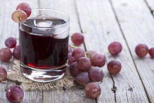 貧血 の症状を改善するブドウとパセリのジュース