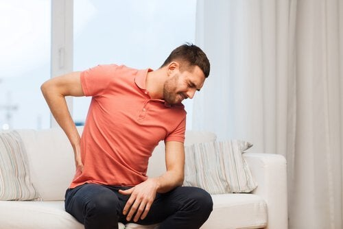背中が痛いのはこのせいかも!背中の痛みの原因6つ