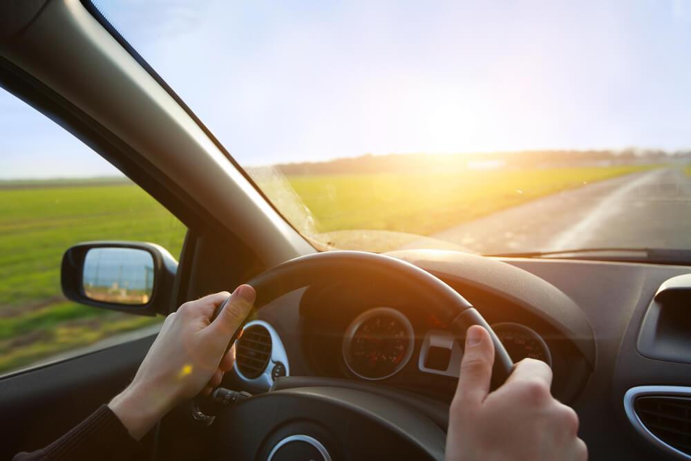 運転席と車外の景色