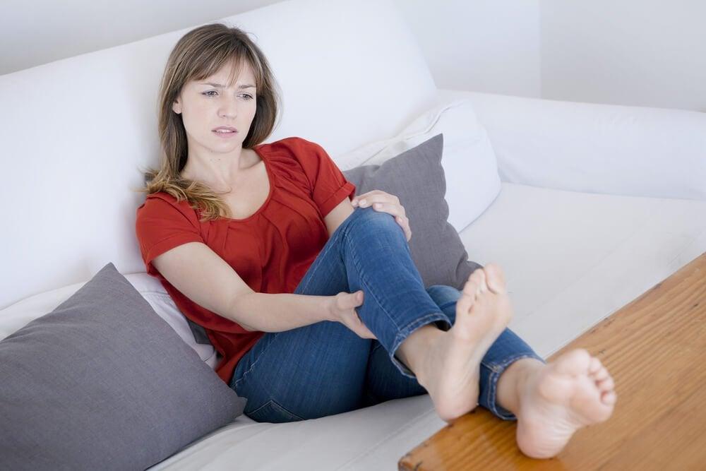 足が痛む女性