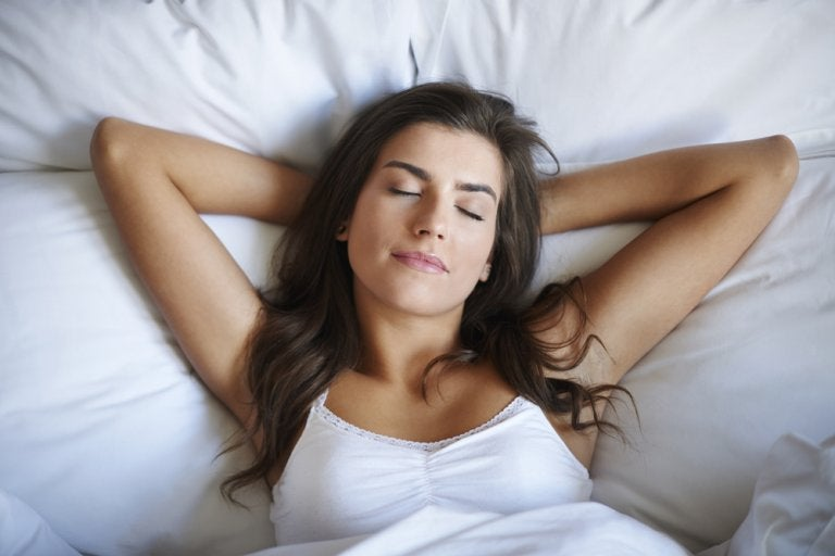 両手を頭の下に組み眠る女性