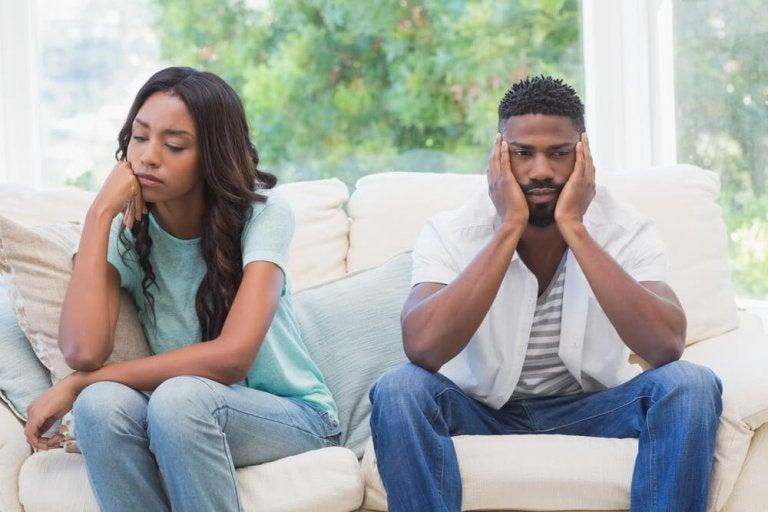 ソファーに腰かけ話さずに考え込む二人