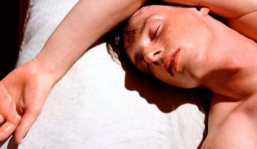 寝汗をかく男性