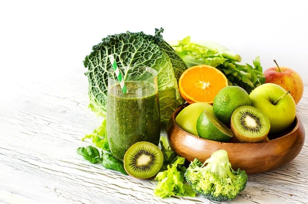 緑の野菜とフルーツ