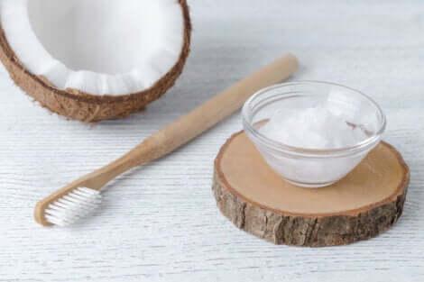 ココナッツオイルで歯磨き
