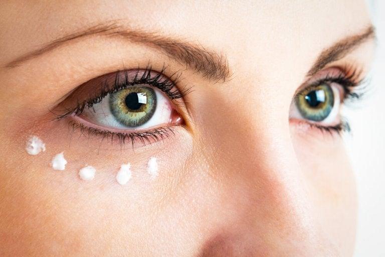 目の周りに塗るクリーム