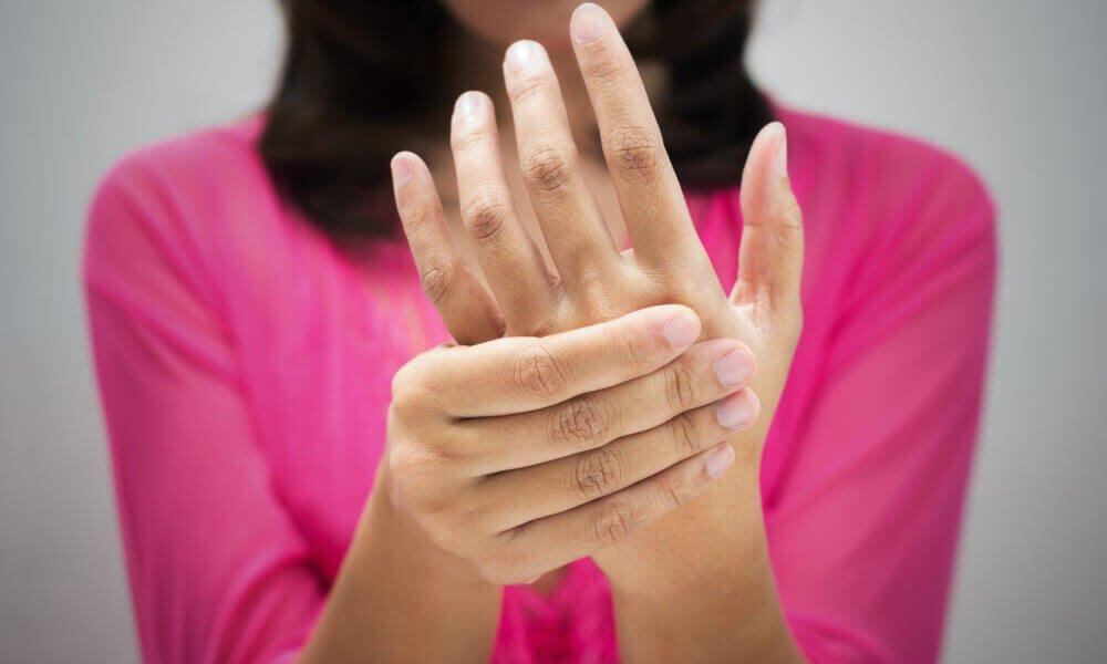 手を抑える女性