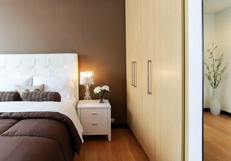茶色と白の寝室