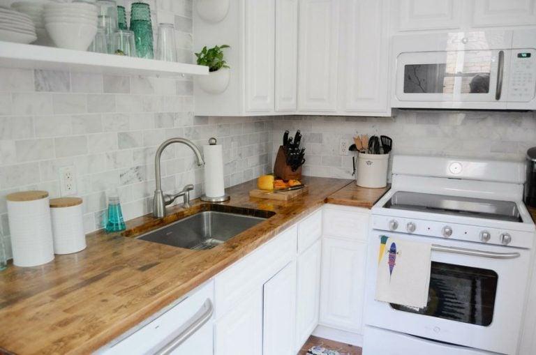 白い家具のキッチン