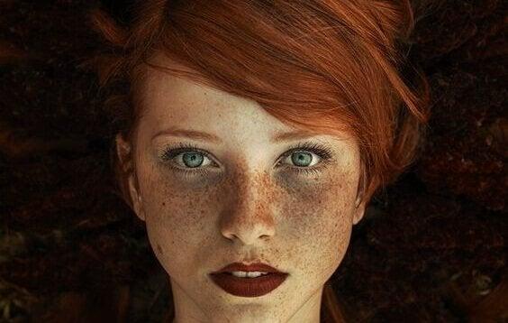 ソバカスがある赤毛の女性