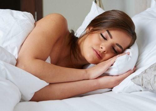 気持ちよく眠る女性