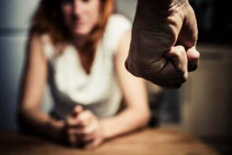 虐待を受ける女性