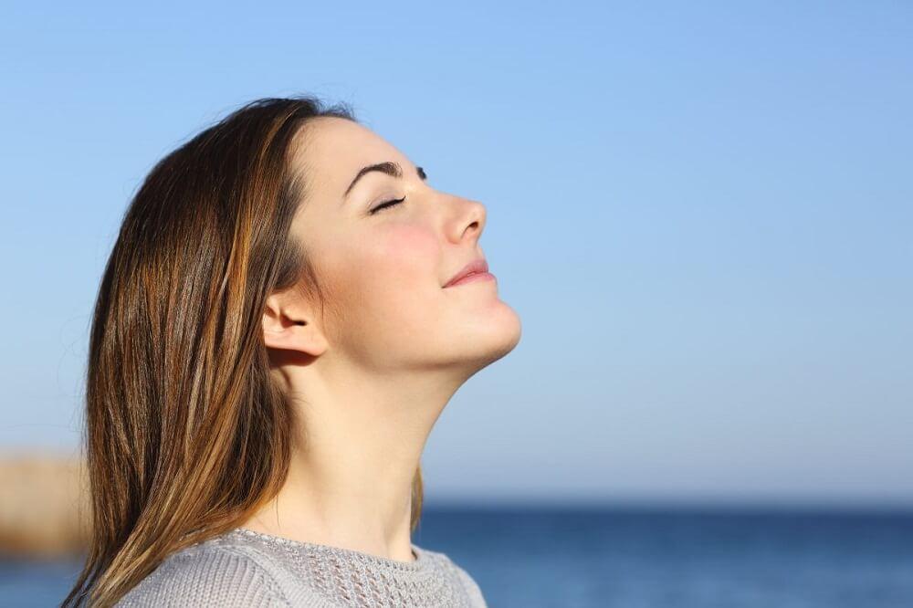 屋外の空気を吸う女性
