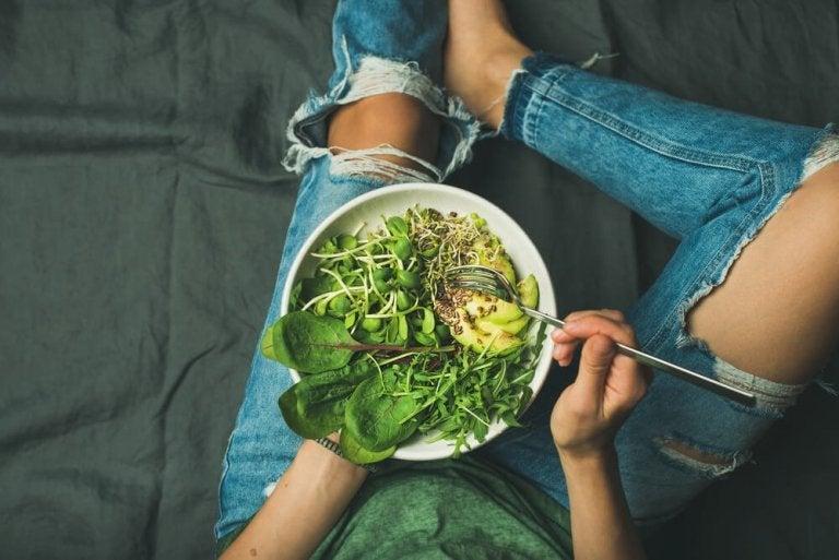 サラダを食べる