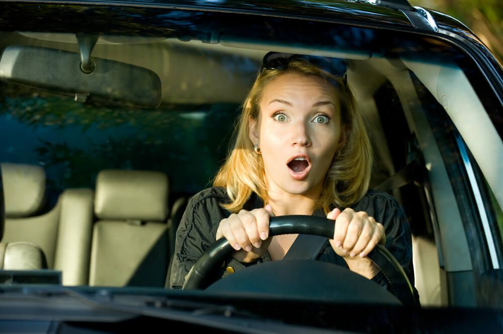 運転席で驚く女性