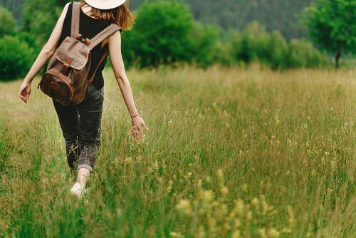 草原の中の女性