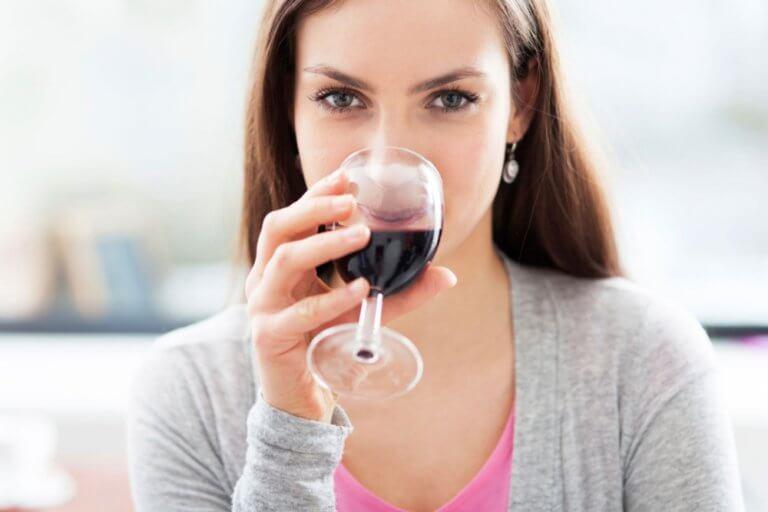 赤ワインを飲む人