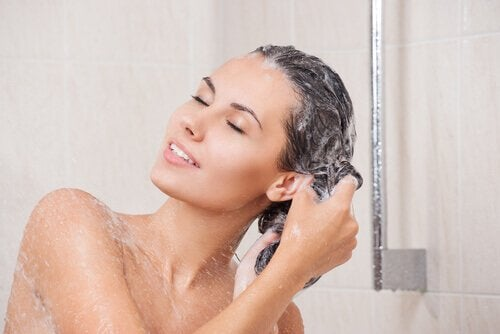 髪を洗う女性