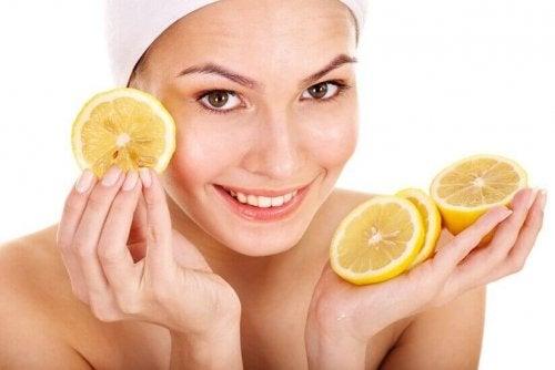 レモンをもつ女性