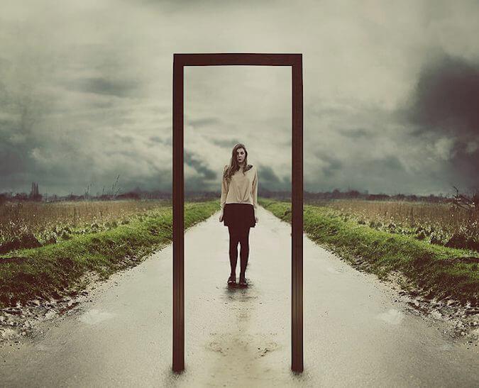 女性とドア