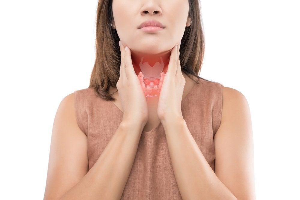 甲状腺を触る女性
