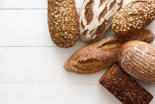 数種類の茶色いパン