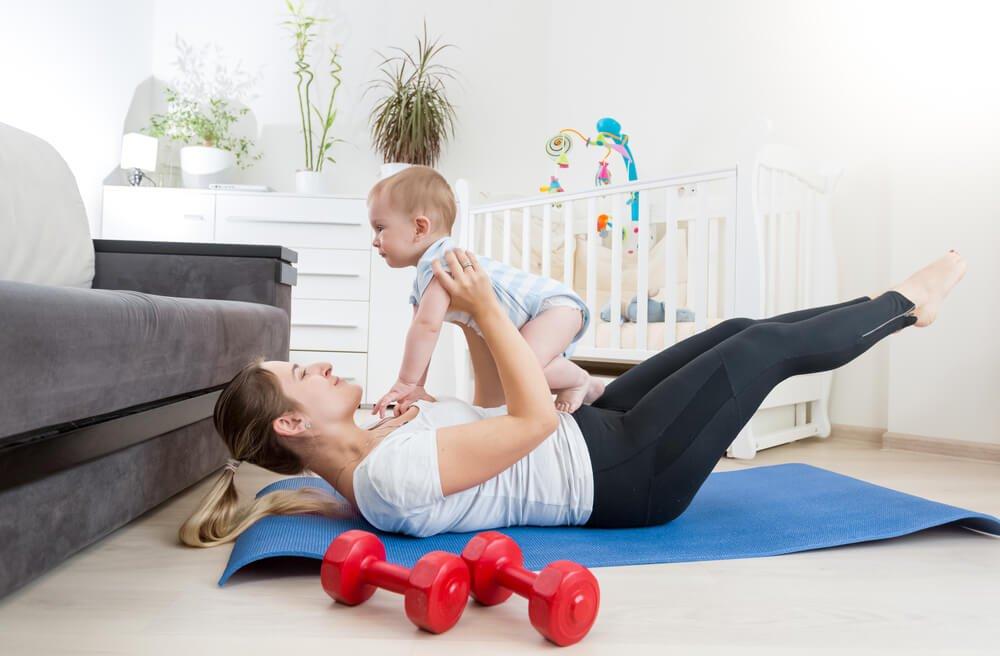 赤ちゃんと体操する女性