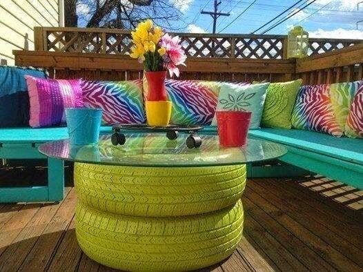 黄緑に塗ったタイヤのテーブル