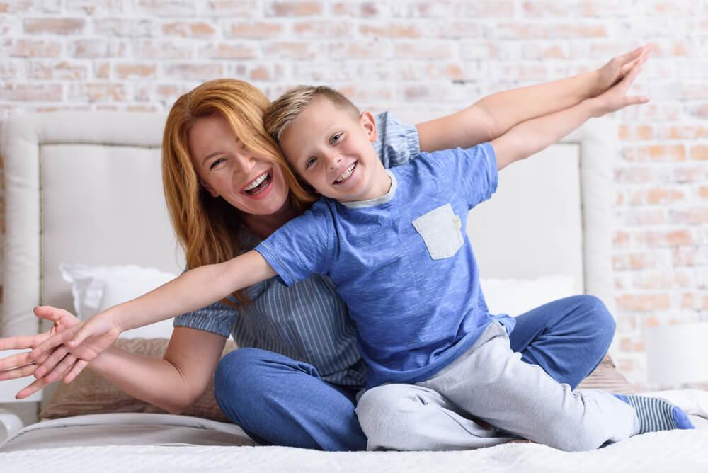 両手を広げる母と男児