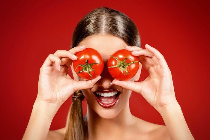 トマトを持っている女性