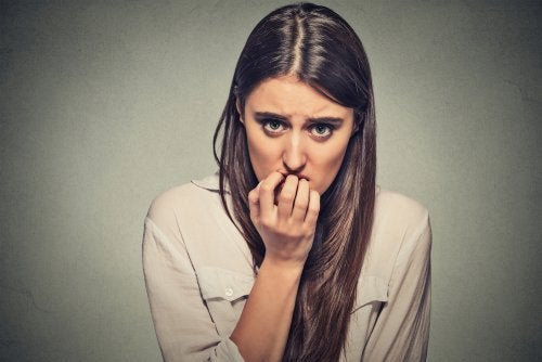爪をかむ女性