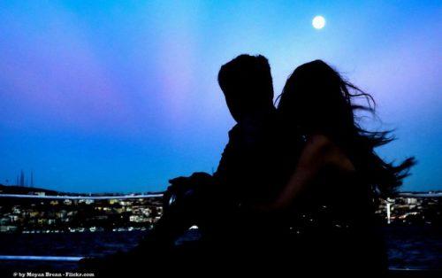 月をながめるカップル