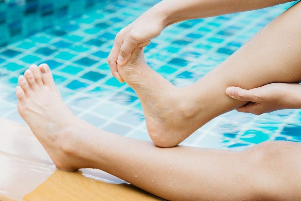 プール際で足の指を折り曲げる
