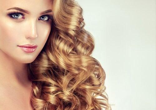 巻き髪の女性