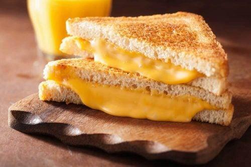 心臓にダメージを与えるチーズ
