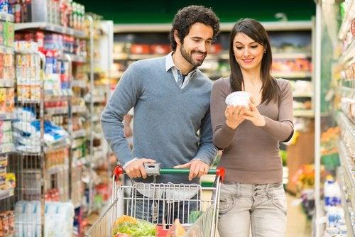 スーパーで買い物するカップル