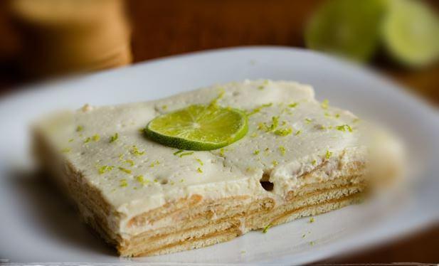 ライムの輪切りをのせたレモンビスケットケーキ
