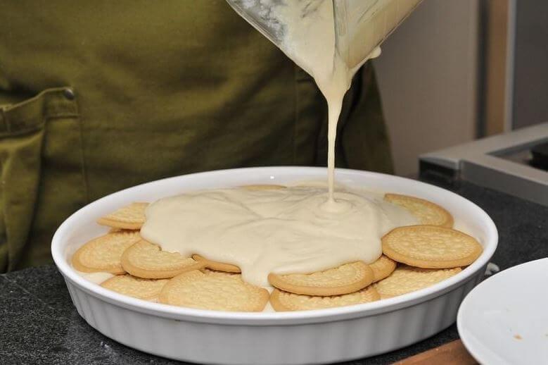 ビスケットの層にクリームを流し込む
