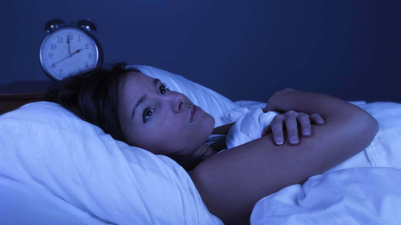 夜眠れない女性